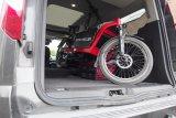Lastenräder benötigen beim Transport im Auto meist mehr Platz als einfache Fahrräder. Zudem wiegen sie auch mehr, erst recht, wenn sie über eine elektrische Antriebsunterstüzung verfügen.
