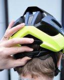 Hier lässt sich der Sitz des Helmes mit einem Stellrädchen regulieren.
