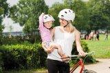 Wenn die Eltern mit gutem Beispiel vorangehen, sehen Kinder das Tragen eines Radhelms als etwas ganz Selbstverständliches an.