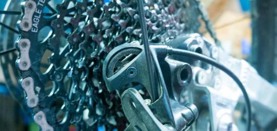 Um eine Kettenschaltung richtig einzustellen, schaltet man in den kleinsten Gang und schraubt die rechte Schraube je nach Bedarf rein oder raus.