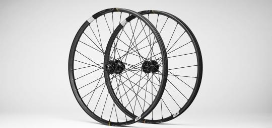 Laufradsätze aus Carbon gibt es für Vorder- und Hinterrad ausgelegt. Hier das Synthesis-e27,5 Laufradset der Firma Crankbrothers: vorne weicher, hinten härter.