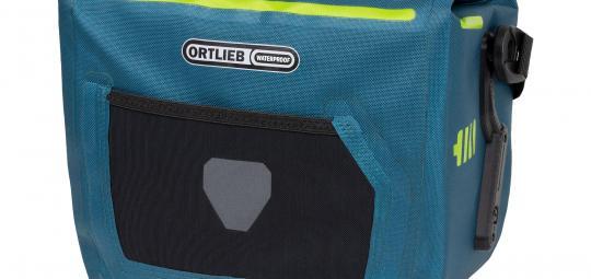 """Speziell für E-Bikes hat Taschenspezialist Ortlieb sein Modell """"E-Glow"""" entwickelt. Eine abnehmbare Led-Leiste sorgt für Sichtbarkeit und Licht im Tascheninneren; Flaschenhalter links und rechts bieten Ersatz für den am E-Bike häufig vermissten zweiten Halter."""