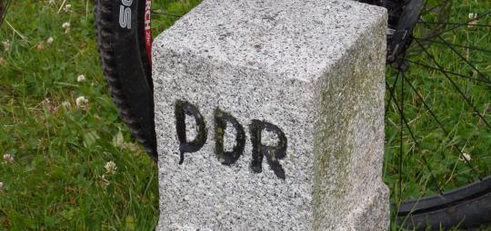 Zahlreiche Radrouten widmen sich historischen Stätten oder Begebenheiten, und die jüngere Geschichte muss da nicht außen vor bleiben. Zumal die einstige innerdeutsche Grenze mit ihrer unberührten Natur einmalige Landschaftserlebnisse bietet.