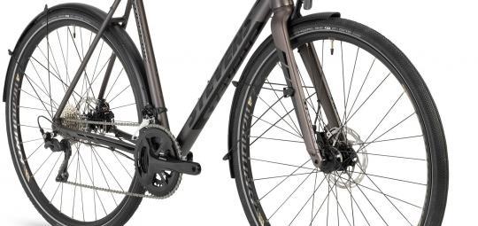 Rennradfahren auch im Alltag und auf nicht asphaltierten Strecken; dazu eine tourentaugliche Sitzposition, Lichtanlage und Schutzblech - eine Fahrradvariante, die viele sportlich radelnde Menschen anspricht. Für sie wurde das Modell Supreme der Firma Stevens entwickelt.