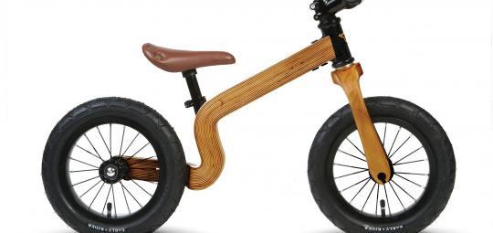 Ein aus Birkenschichtholz gefertigter Monocoque-Rahmen mit einseitiger Hinterradaufhängung an einem Laufrad? Aber ja. Leicht, belastbar und schön. Eine Versuchung für Kinder ab etwa 85 cm Größe - oder ihre Eltern (Modell Bonsai von Early Rider).
