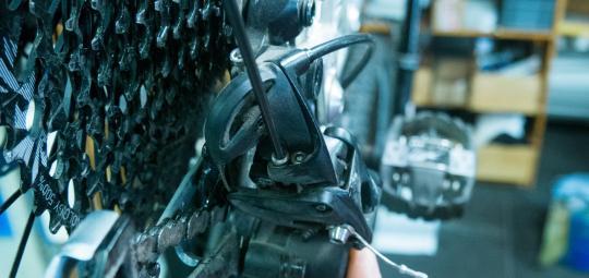 Um eine Kettenschaltung richtig einzustellen, schaltet man in den größten Gang und schraubt die linke Schraube je nach Bedarf rein oder raus.