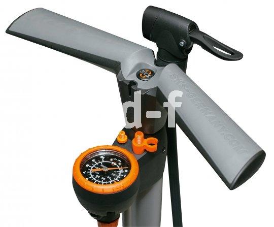 """Komfortabel, leistungsfähig und präzise zu dosieren sind Standpumpen mit Manometer. So etwas (hier das Modell """"Airworx"""" von SKS) gehört in jeden Fahrradkeller."""