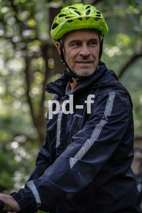Neben dem Wetterschutz dient eine gute Fahrradjacke durch möglichst effektives Reflexmaterial auch der passiven Sicherheit - gesehen werden ist bei schlechtem Wetter und Dunkelheit von höchster Wichtigkeit.