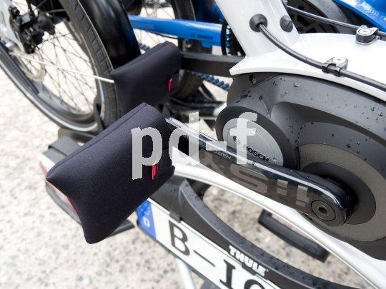 Fahrradtransport auf dem Autodach: Leicht zerkratzen die Pedale beim Auf- und Abladen den Lack des Fahrzeugs. Dagegen helfen die universell passenden Neopren-Pedalüberzieher der Firma Fahrer Berlin..