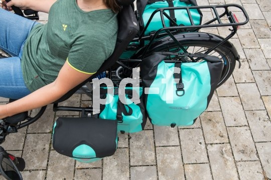 """Liegeradspezialist HP Velotechnik bietet ausgefeilte Lösungen für den Gepäcktransport an seinen Trikes an: der """"Side Bag Mount"""" trägt handelsübliche Lenkertaschen, der Gepäckträger """"Top Load"""" große Packtaschen und was sonst so anfällt."""