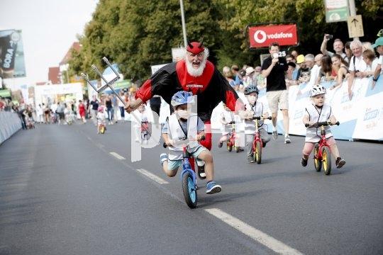 Der Tour-Teufel treibt an: Beim Laufradrennen geht es ordentlich zur Sache.
