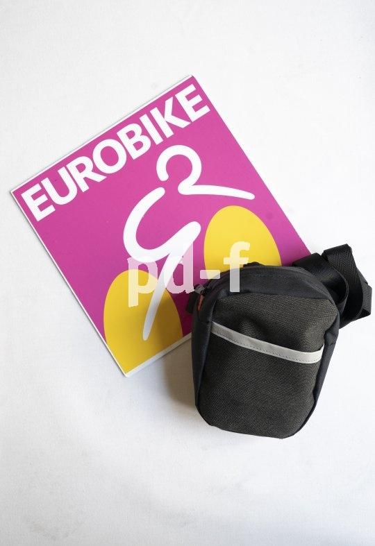 """Eine praktische Radfahrerhandtasche zum Umhängen, für den Gürtel und für die einfache Montage an Fahrradlenker oder-sattel bietet die Marke Fahrer Berlin mit dem Modell """"Komplize"""" an. Material: recyceltes PET und alte LKW- oder Bootsplanen."""