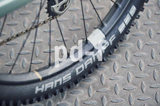 """Carbonfelgen am Mountainbike sind eine Wissenschaft für sich. Crankbrothers """"Synthesis E11""""-Laufradsatz hat hinten und vorn unterschiedlich breite und steife Felgen, dazu eine unterschiedliche Anzahl von Speichen."""