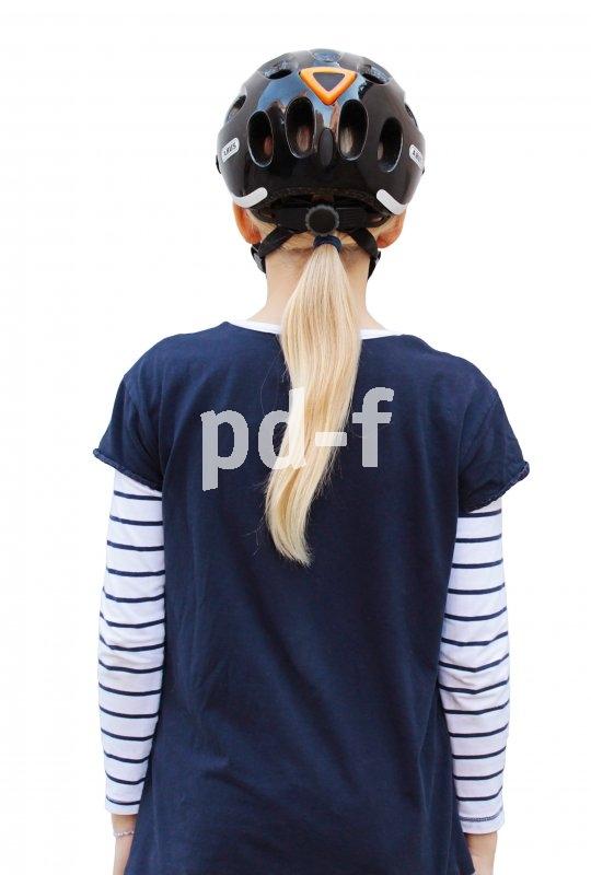 Von hinten schon mal perfekt: Ohren und Pferdeschwanz bleiben frei, Riemen liegen locker am Kopf an.