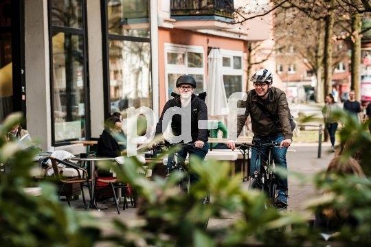 Cafés und Grünanlagen am Weg laden zum Verweilen ein.