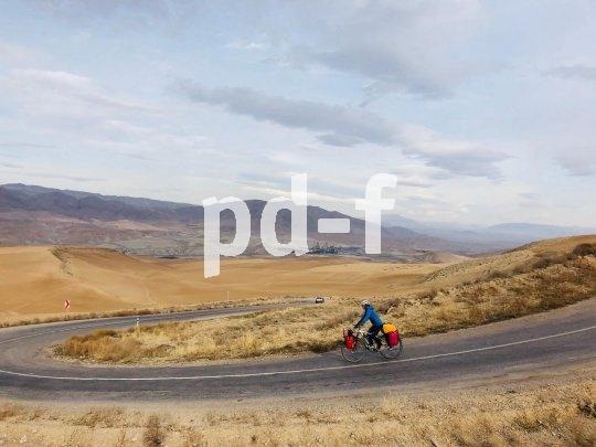 Eine Radreise durch den Iran bietet atemberaubende Perspektiven. Hier genießt Andrea Freiermuth auf ihrer E-Bike-Tour nach China die Weite und Schönheit der Landschaft.