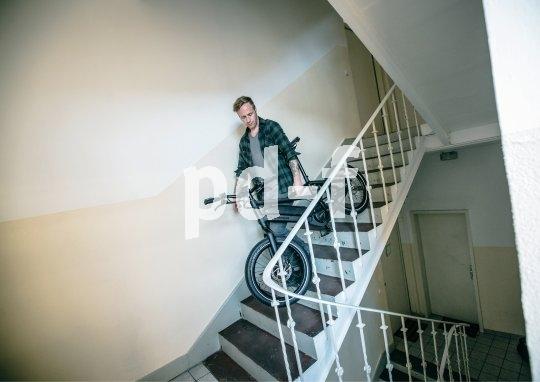 Das E-Bike im Mietshaus? 28-Zoll-Modelle lassen sich kaum die Treppe hinauf oder herunter befördern. Ein kompaktes 20-Zoll-Modell bietet da ganz andere Möglichkeiten,und zwar ohne Nachteile bei den Fahreigenschaften.