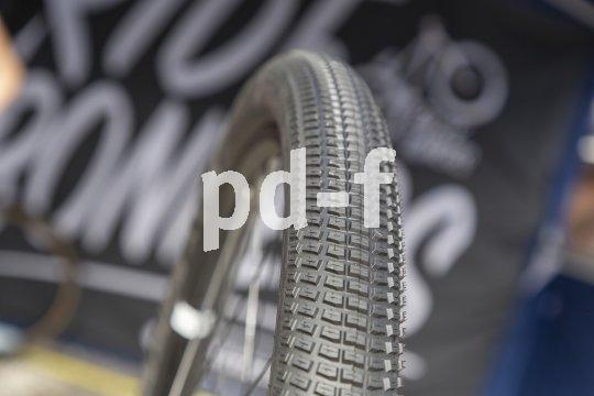 """Ein Reifen zum in die Luft gehen: Der """"Billy Bonkers"""" von Schwalbe ist für Pumptrack, Dirtjump und Slopestyle konzipiert und bietet geringes Gewicht, hohe Traktion und abrolloptimierte Kanten in der Reifenmitte."""