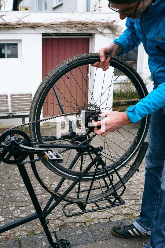 Einen Platten flicken ist auch mit Carbonriemenantrieb kein Hexenwerk. Im Gegenteil: Die Hände bleiben spürbar sauberer.