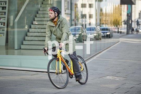 Gute Bekleidung für das Fahrradfahren in den kühleren Monaten ist wind- und wasserdicht, dabei aber atmungsaktiv, und verfügt über ein wärmendes Futter. Idealerweise macht man damit auch ohne Fahrrad eine gute Figur.