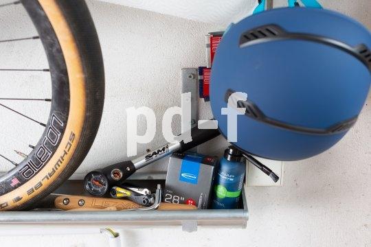 Im Unterstellbereich von Fahrrädern sollte auch gleich Raum für ein kleines Sortiment an Wartungsmaterial sein: Luftpumpe, Multitool, Öl bzw. Kettenspray, Ersatzschlauch usw.