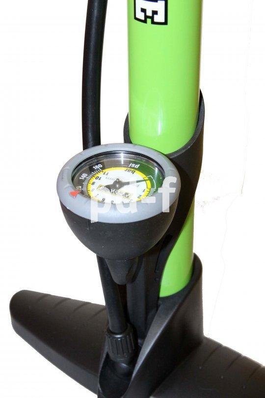 Ein gut ablesbares Manometer ist Pflicht an einer soliden Standpumpe.