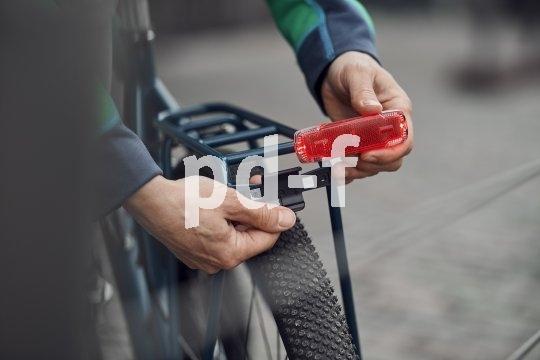 """Das Akkurücklicht """"2C"""" von Busch & Müller wird fest am Gepäckträger verschraubt, lässt zum Laden via USB aber aus der Halterung nehmen."""