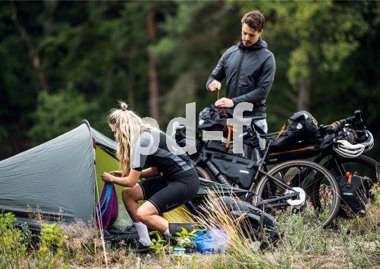 """Wer mit dem Rad im Bikepacking-Outfit unterwegs ist, optimiert Gewicht und Packmaß seines Reisegepäcks. """"Biwak statt Hauszelt"""" ist die Losung für die Übernachtung unterwegs."""