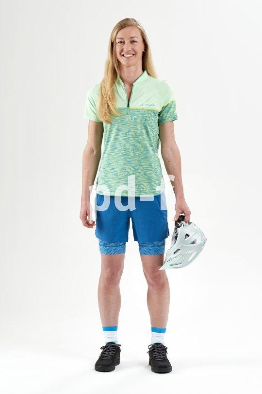 Im Sommer ist ein locker sitzendes Shirt aus Baumwolle oder Mischgewebe angenehm zu tragen. Es sollte aber gut belüftet sein.