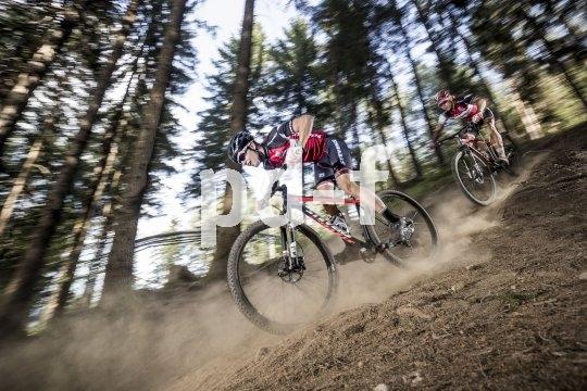 Wenn es abwärts geht beim Mountainbiken, und das auch noch recht schnell, zeigt sich, was Federung und Bremsen können.