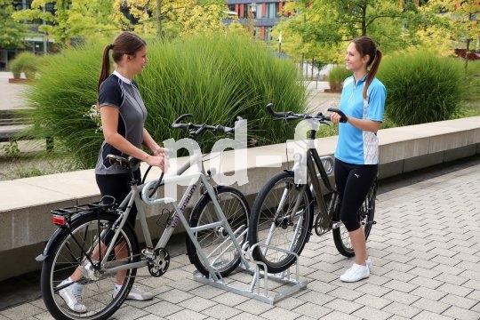 """Eine gute Fahrradabstellanlage bietet eine stabile Anlehnmöglichkeit, die auch zum Anschließen taugt. Reine """"Vorderradkneifer"""" sind eher eine Fahrradsortierhilfe und vor allem eine Gefahr für die Felgen."""