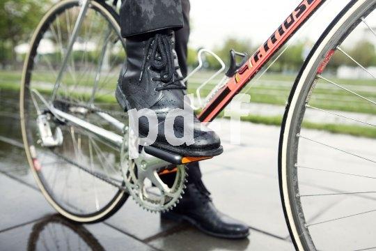 Auch glatte Ledersohlen finden Halt auf Plattformpedalen, die mit einer rutschfesten Auflage (ähnlich wie beim Skateboard) versehen sind.
