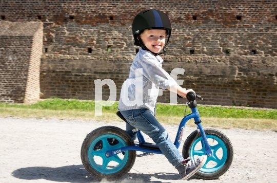 Bald gehen die vorsichtigen Schritte in ein erstes freies Rollen über. Dann will das Balancieren geübt werden! Ohne passenden Helm sollte der Nachwuchs da nicht rangehen.