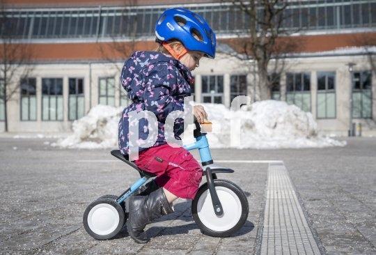"""Kein Rutscher mehr, aber auch noch nicht ganz Laufrad: ein dreirädriges Kinderfahrzeig für die fast noch ganz Kleinen (Modell """"Pukymoto"""" von Puky; für Kinder ab etwa einem Jahr)"""
