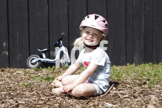 Ob Laufrad, Roller oder Fahrrad: Zur Mobilität auf zwei Rädern gehört gerade für kleinere Kinder auf jeden Fall der Helm.