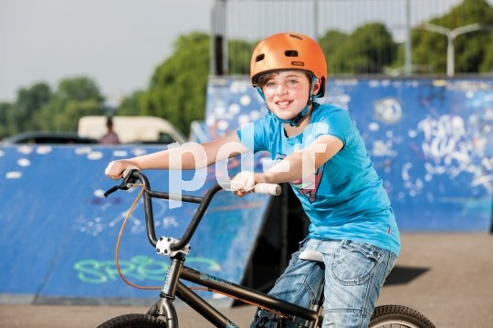 Coole Skater-Optik und optimale Schutzwirkung durch die weit heruntergezogene Form machen diesen Helm bei sportlichen Kids beliebt.