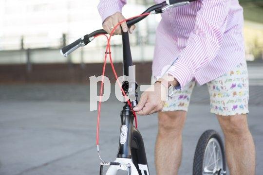 """Schneller Roller, ganz ohne E: Puky´s Tretroller """"Joker"""" für alle ab 135 cm Körpergröße ist ein pfiffiges, sportliches Stadgefährt. Der Vorbau lässt sich wegklappen, zum Transport oder für die Unterbringung."""