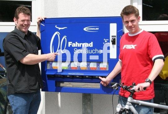 Besser als Zigaretten ziehen: Der Schwalbe-Schlauchautomat lässt Radler auch außerhalb der Öffnungszeiten nicht im Stich.