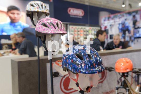 Als Sicherheitsgarant unverzichtbar, als Kleidungsbestandteil der Mode unterworfen - Fahrradhelme aller Formen und Farben zieren die Ausstellerstände auf der Eurobike.