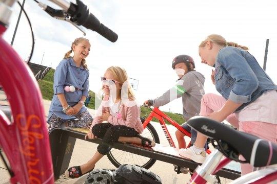 Mit dem Fahrrad unterwegs zu sein und ein paar Freunde zu treffen ist für schon sicher fahrende Kinder ein wichtiger Schritt in die selbstständige Mobilität.
