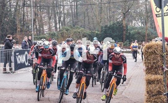 Mit dem Start eines Cyclocross-Rennens beginnt der Kampf um die Positionen.