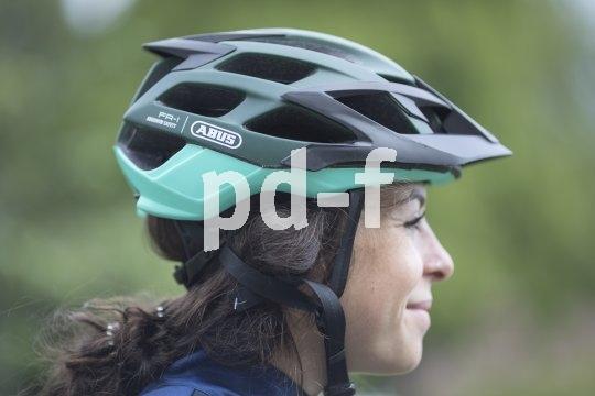 """Stand der Dinge 2018 in Sachen Mountainbike-Helm: Der """"Moventor"""" von Abus ist an der Rückseite etwas tiefergezogen als ältere Modelle, hat ein abnehmbares Schild und 19 Belüftungsöffnungen."""