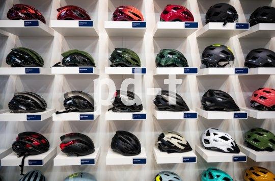 Viele Farben und Formen, immer Sicherheit: Der Fahrradhelm gehört zu den must-haves des Radfahrens (Foto: Hersteller-Präsentation auf der Leitmesse Eurobike).