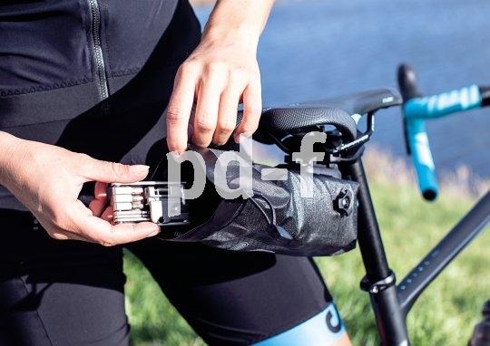 Ersatzschlauch, Multitool, Riegel und Schlüsselbund - alles passt in die kleine tasche unter dem Sattel. Und drückt damit nicht in der Trikottasche.