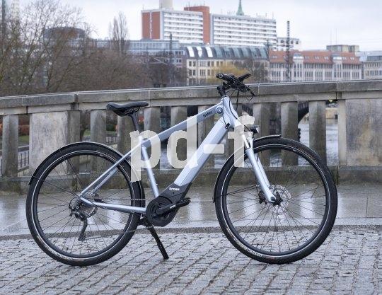 """Der stilisierte Propeller am Rahmen signalisiert es: Das """"Active Hybrid E-Bike"""" mit einem Brose-Mittelmotor der 90 Newtonmeter-Klasse kommt von BMW. Damit lässt sich schon allerhand Freude am Radfahren realisieren."""
