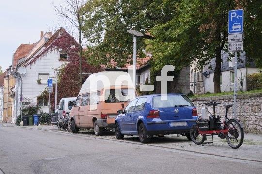 Cargobikes brauchen mehr Platz als normale Fahrräder und passen nicht in oder an die meisten Abstellanlagen. Da muss man andere sichere Plätze finden.