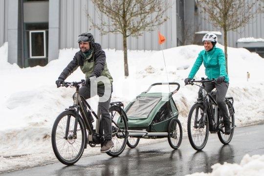 Im Kinderanhänger fährt der Nachwuchs auch bei Eis und Schnee sicher, warm und trocken. Wichtig: Das Zugfahrzeug muss für die winterlichen Straßenverhältnisse gerüstet sein.