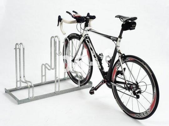 Bei Triathlon-Veranstaltungen muss für jeden Teilnehmer eine sichere, leicht erreichbare Abstellmöglichkeit für sein Rad bereitstehen, damit in der Wechselzone vom Schwimmen zum Radeln kein Durcheinander entsteht.