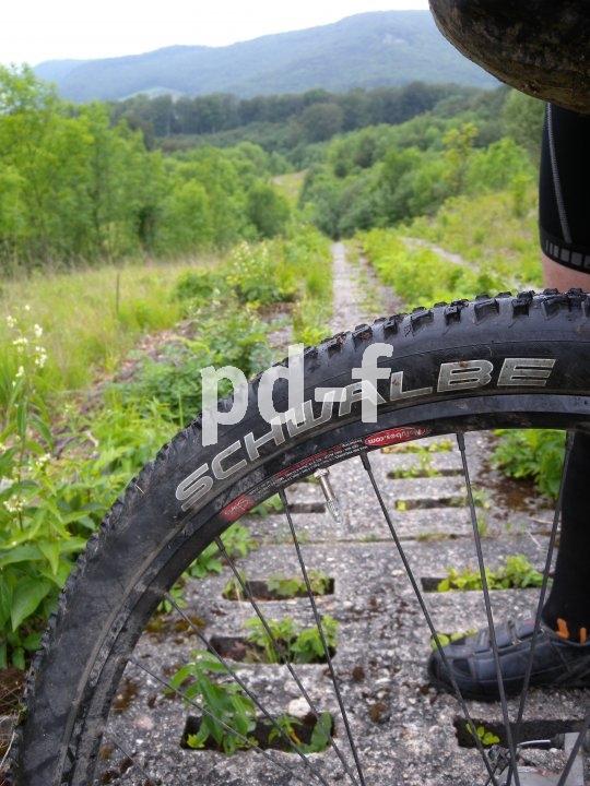 Während das Reifenprofil für die Verzahnung mit dem Untergrund zuständig ist, sorgt das Luftvolumen im Pneu für Stoßdämpfung und optimales Rollverhalten. Der Luftdruck sollte dabei auf die Farbahnbeschaffenheit abgestimmt werden.