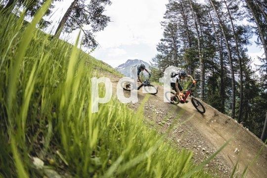 Es ist nicht nur das Objektiv des Fotografen, das hier für Mountainbikeaction sorgt...